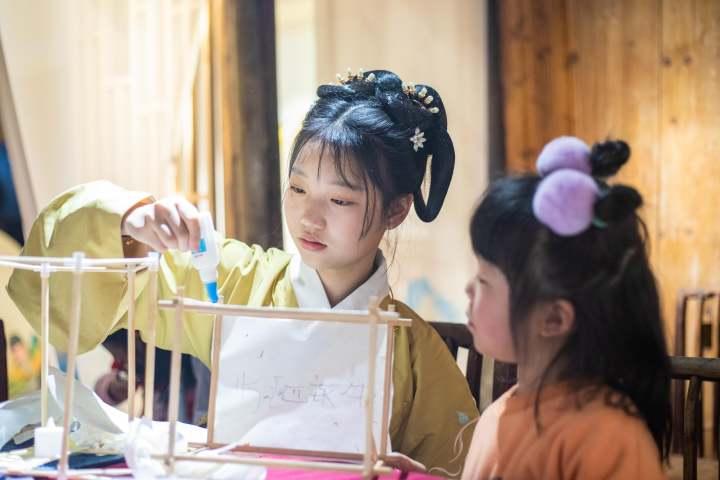 2月25日下午,在浙江省温岭市温峤镇,汉服爱好者正在制作花灯。 (2).jpg