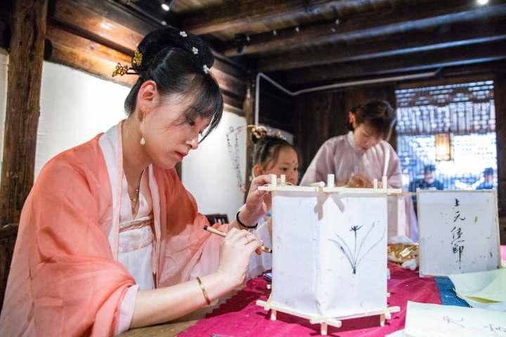 2月25日下午,在浙江省温岭市温峤镇,汉服爱好者正在制作花灯。 (3).jpg
