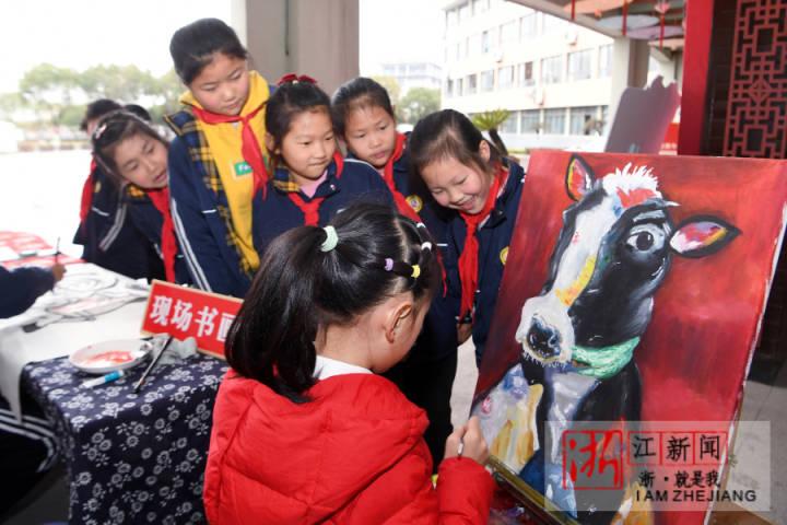 2月27日,绍兴市上虞区城东小学的学生现场创作牛年绘画作品。.jpg