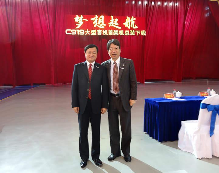 2015年11月2日,王水福(右)和时任中国商飞总经理、现中国商飞董事长贺东风在C919下线仪式现场。.jpeg