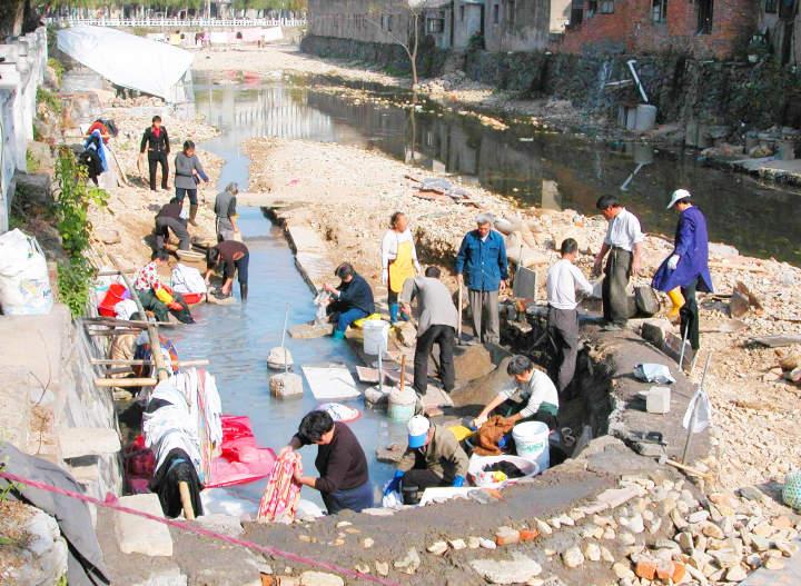 1、2003年整治前,村民划片占据前溪洗衣服,整条溪脏不忍睹。.jpg