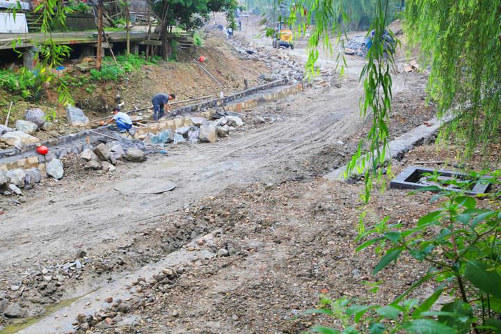 3、2013年5月底,工人师傅在砌游步道石块。.jpg