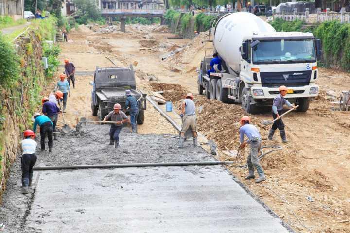4、2013年6月,施工人员在浇筑游步道基础。.jpg