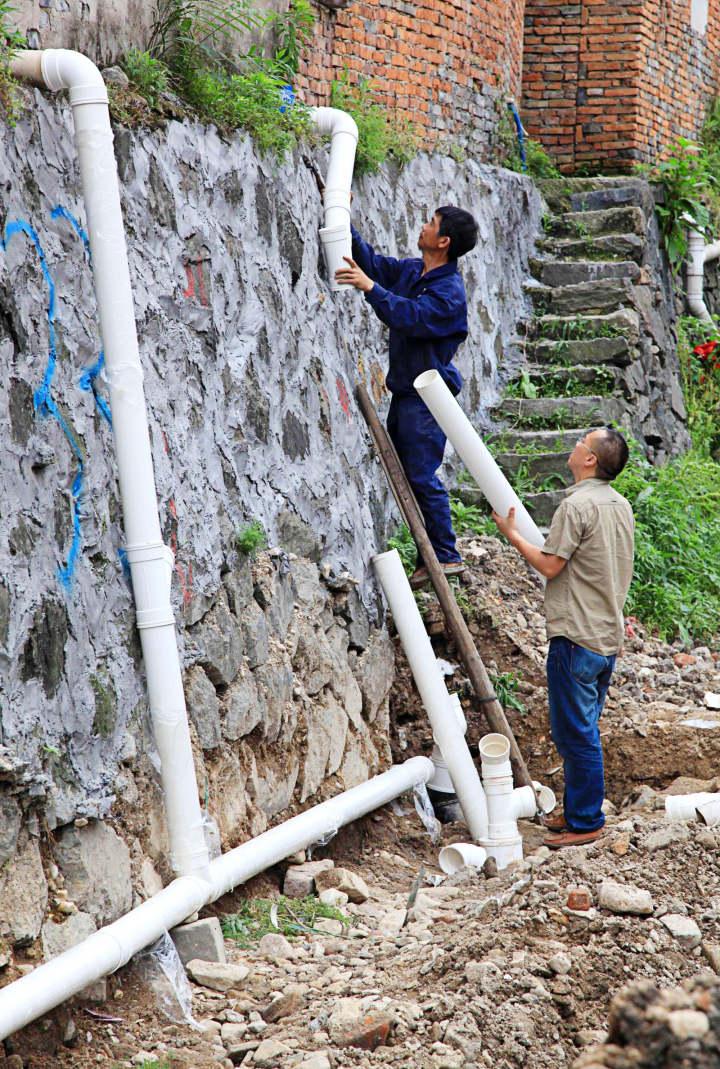 6、2013年6月,建筑工人在安装纳污管。.jpg