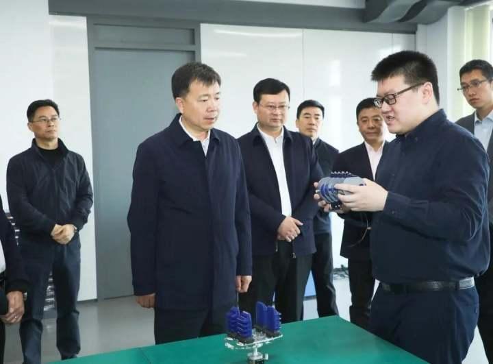 张振丰在北航杭州创新研究院(余杭)了解科研及产业化应用情况.jpg