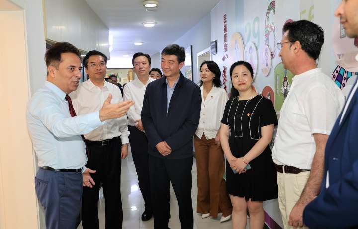 在义乌市鸡鸣山社区与外商进行交流.jpg