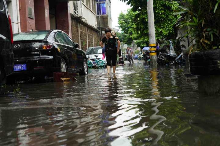 在温州市区黄府巷,道路积水严重给居民生活造成不便。1.jpg