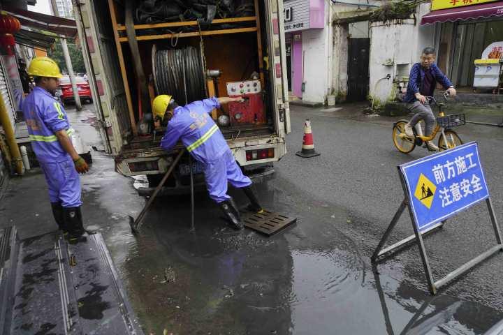 在温州市区蛟翔巷,工人在加紧排涝。.jpg