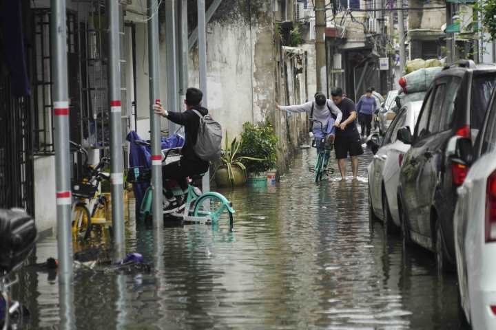 在温州市区新园觉,道路积水严重给居民生活造成不便。 (3).jpg