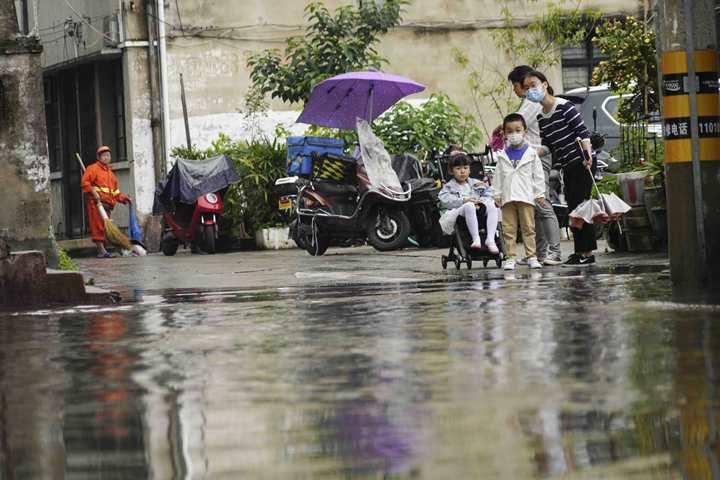 """在温州市区新园觉。""""小河""""拦住了小朋友上学去路。.jpg"""