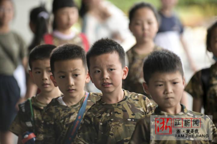 2021年5月29日,浙江省金華市體育中心,駐地軍娃在體驗軍事活動。_0005.jpg