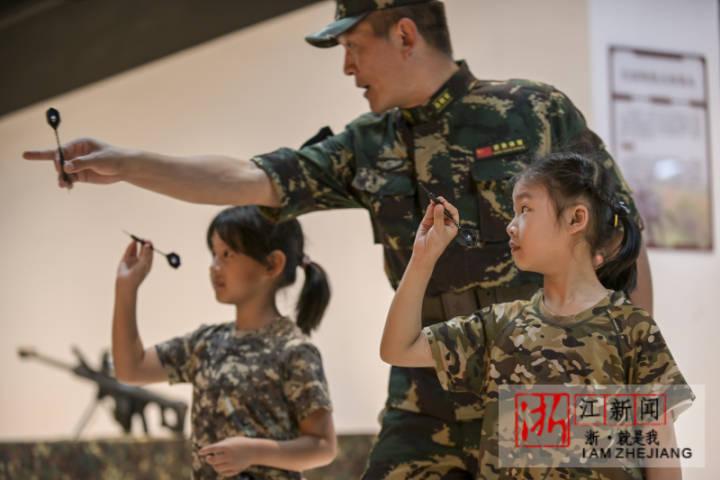 2021年5月29日,浙江省金華市體育中心,駐地軍娃在體驗軍事活動。_0012.jpg