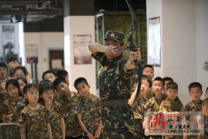 2021年5月29日,浙江省金華市體育中心,駐地軍娃在體驗軍事活動。_0006.jpg