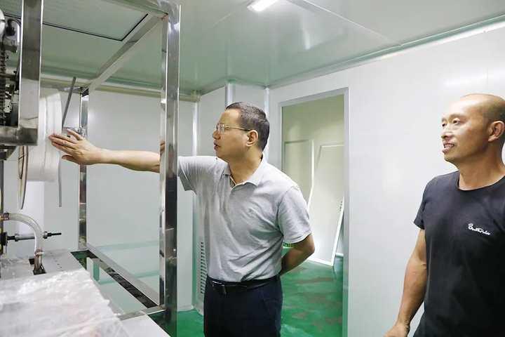 在宏鹏家庭农场,胡献如实地查看了食用菌生产流水线设备和基地的香菇长势。.jpg