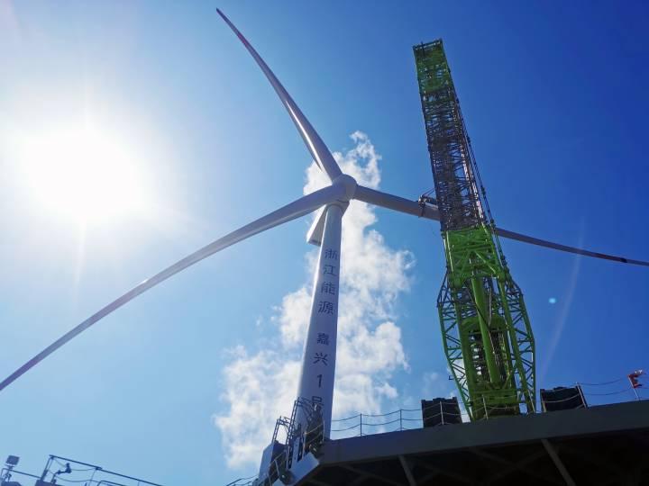 浙能嘉兴1号海上风电项目1号风机最后一片叶片吊装就位时场景。.jpg