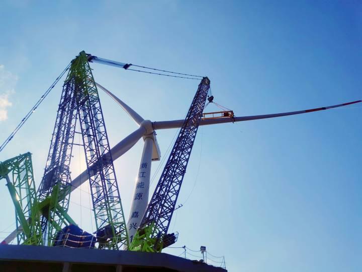 浙能嘉兴1号海上风电项目1号风机最后一片叶片吊装就位时场景。1.jpg
