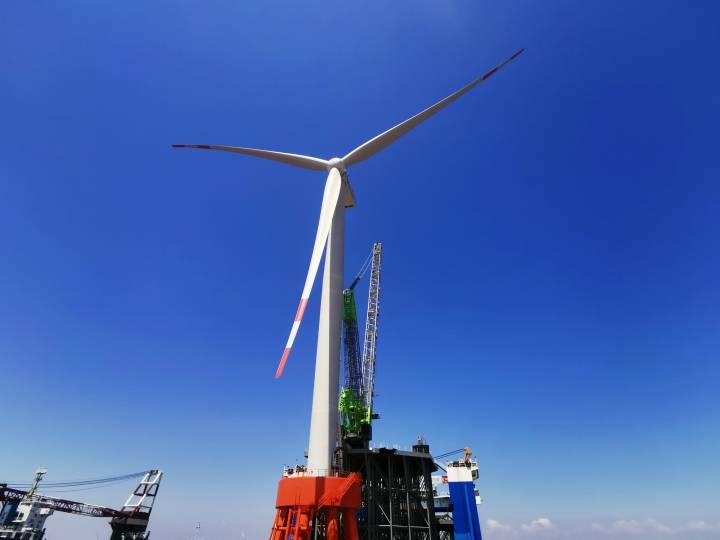 浙能嘉兴1号海上风电项目1号风机最后一片叶片吊装就位场景。张虎 摄.jpg