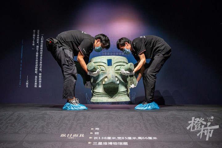 """210913czq28 浙江西湖美术馆,工作人员开箱取出展品""""纵目面具"""",搬上展台,进行布展。 记者 陈中秋 摄.jpg"""