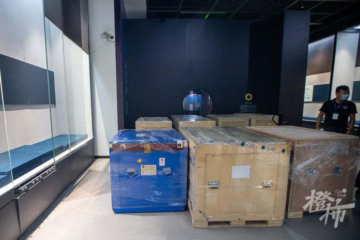 210913czq02 浙江西湖美术馆,工作人员开箱取出展品,准备进行布展。 记者 陈中秋 摄.jpg