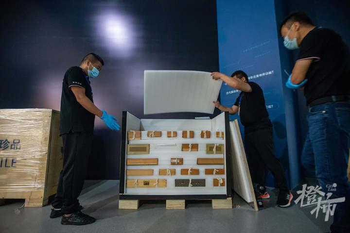 210913czq03 浙江西湖美术馆,工作人员开箱取出展品,准备进行布展。 记者 陈中秋 摄.jpg