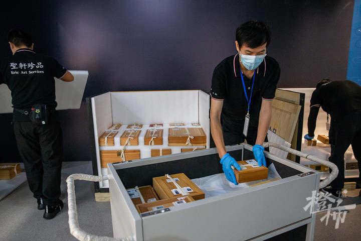 210913czq04 浙江西湖美术馆,工作人员开箱取出展品,准备进行布展。 记者 陈中秋 摄.jpg