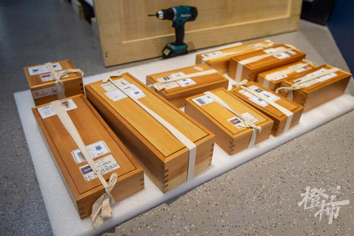 210913czq05 浙江西湖美术馆,工作人员开箱取出展品,准备进行布展。 记者 陈中秋 摄.jpg
