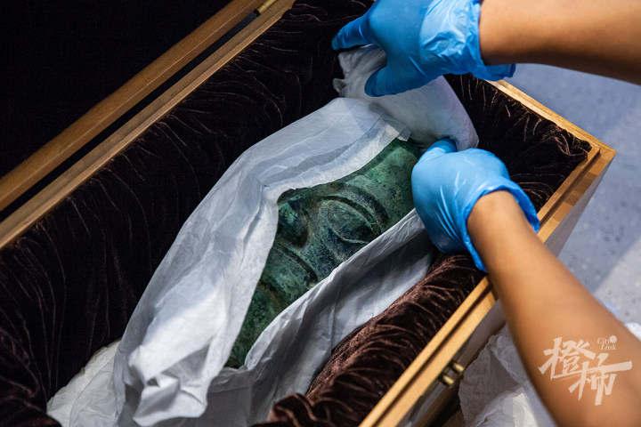"210913czq10 浙江西湖美术馆,工作人员开箱取出展品""人头像"",准备放入展柜,进行布展。 记者 陈中秋 摄.jpg"