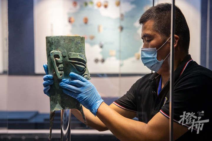"""210913czq11 浙江西湖美术馆,工作人员开箱取出展品""""人头像"""",放入展柜,进行布展。 记者 陈中秋 摄.jpg"""
