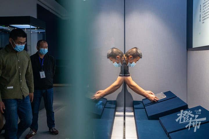 "210913czq09 浙江西湖美术馆,工作人员开箱取出展品""鱼形饰"",准备进行布展。 记者 陈中秋 摄.jpg"