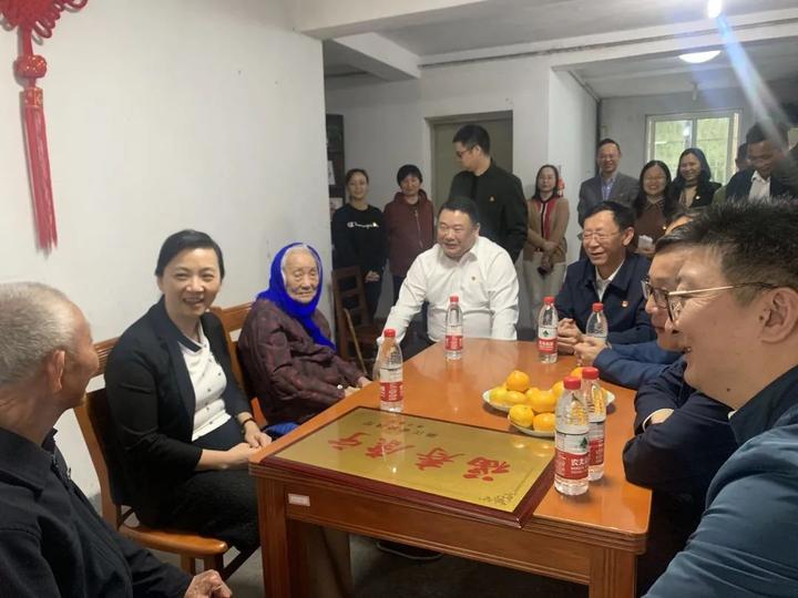 浙江省副省长王文序慰问百岁老人并调研嘉兴市养老服务工作